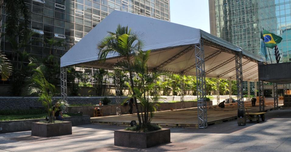 """24.dez.2012 - Estruturas para acomodação de convidados """"VIP"""" do Revellion da avenida Paulista, em São Paulo (SP), são montadas nesta segunda-feira (24)"""