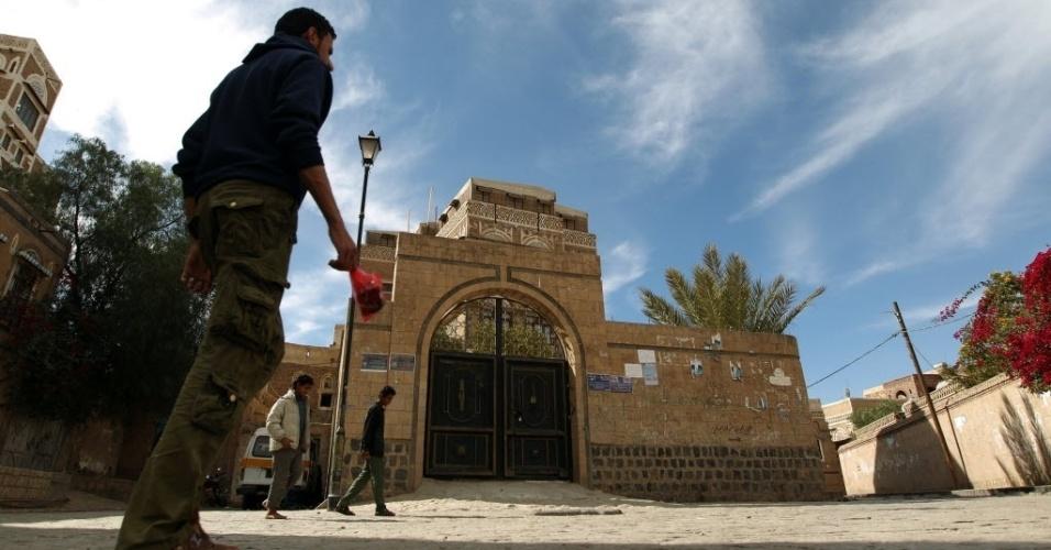 24.dez.2012 - Fachada do Instituto de Língua Árabe, em Sanaa, capital do Iêmen