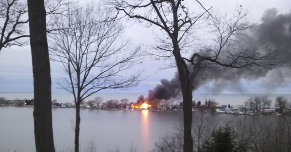 24.dez.2012 - Fogo visto a partir de estrada, após um suspeito atirar em quatro bombeiros que foram apagar um incêndio em Webster, Nova York. Pelo menos dois bombeiros morreram baleados, segundo a imprensa local