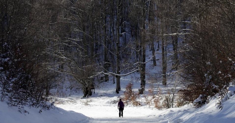24.dez.2012 - Homem percorre estrada coberta de neve nas montanhas Sharr, a sudeste de Kosovo