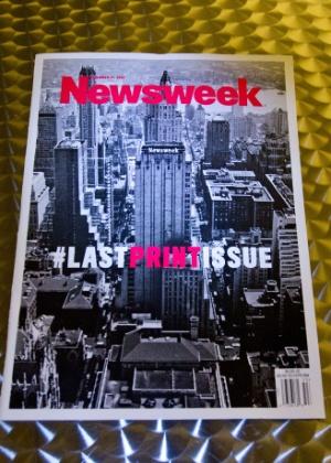"""Imagem mostra a última edição impressa da revista """"Newsweek"""", com a hashtag """"#lastprintissue"""" (""""#ultimaedicaoimpressa"""") como título - Karen Bleier/AFP Photo"""