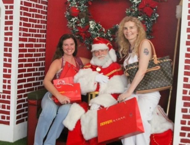 24.dez.2012 - Luma de Oliveira e sua irmã Ísis tiram foto com Papai Noel em shopping do Rio de Janeiro
