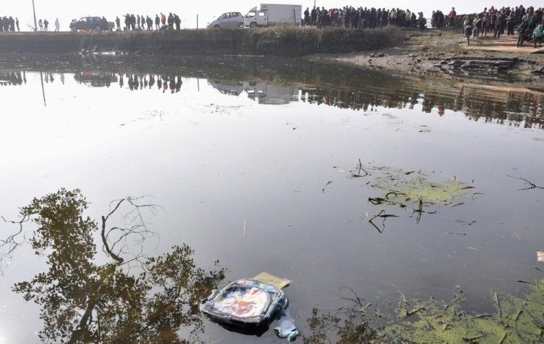 24.dez.2012 - Mochila aparece flutuando em lago após van escolar com 15 crianças cair em lago de Guixi, na província chinesa de Jiangxi