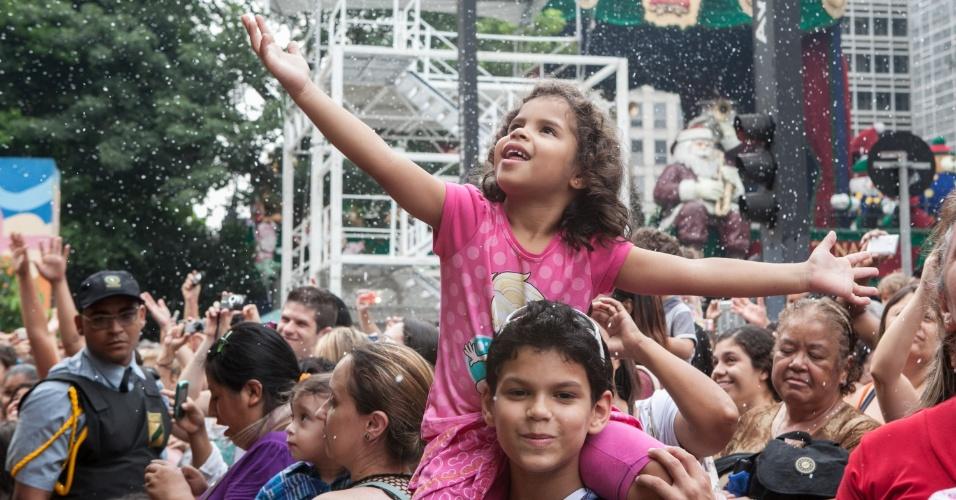 24.dez.2012 - Movimentação na avenida Paulista, região central de São Paulo, no final da tarde desta segunda-feira (24), véspera de Natal. A região tem recebido diaramente milhares de pessoas que vão conferir a decoração especial de Natal