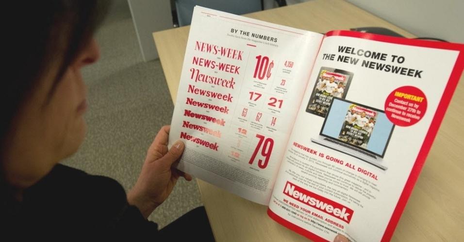 """24.dez.2012 - Mulher folheia última edição impressa da revista """"Newsweek"""", tradicional publicação americana que anunciou o fim de sua versão impressa após 80 anos de existência"""