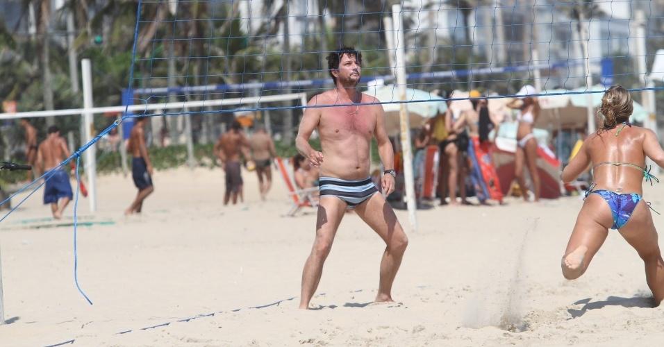24.dez.2012 - O ator Marcelo Serrado jogou futevôlei na praia de Ipanema, zona sul do Rio