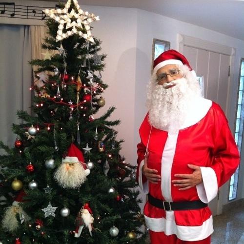 24.Dez.2012 - O cantor Latino publicou no Instagram foto em que aparece vestido de Papai Noel