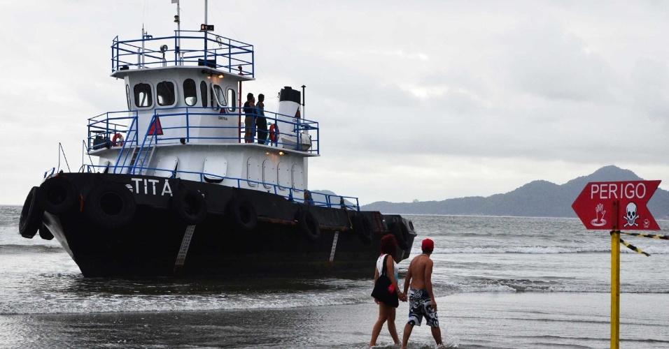 """24.dez.2012 - O rebocador """"Titã"""", encalhado na tarde de domingo (23), na praia do Embaré, em Santos (SP). A embarcação tentava resgatar uma balsa, também encalhada na praia do Boqueirão"""