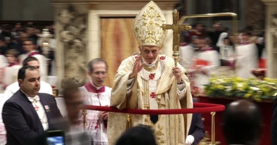 24.dez.2012 - Papa Bento 16 celebra a tradicional Missa do Galo na basílica de São Pedro do Vaticano