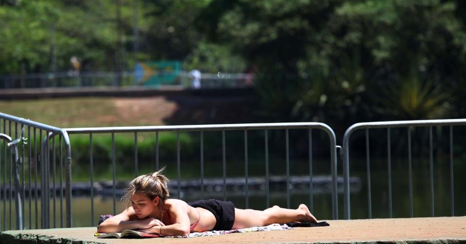 24.dez.2012 - Paulistanos aproveitam o forte calor desta segunda-feira (24), no Parque do Ibirapuera em São Paulo (SP)