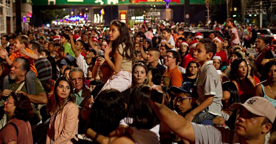 24.dez.2012 - Público ocupa a avenida Paulista, em São Paulo para ver a decoração de Natal