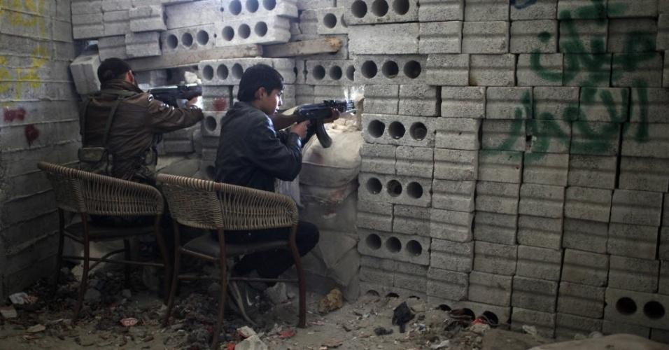 24.dez.2012 - Rebeldes do Exército Livre Sírio disparam contra forças do regime de Bashar Assad em Aleppo