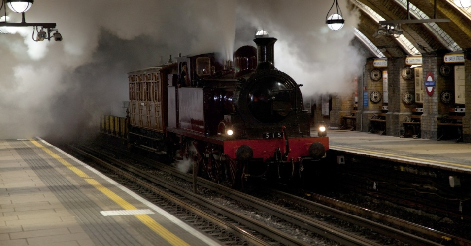 24.dez.2012 - Restaurada, maria-fumaça de 1898 faz viagem de teste para a estação Baker Street, em Londres, em imagem de arquivo