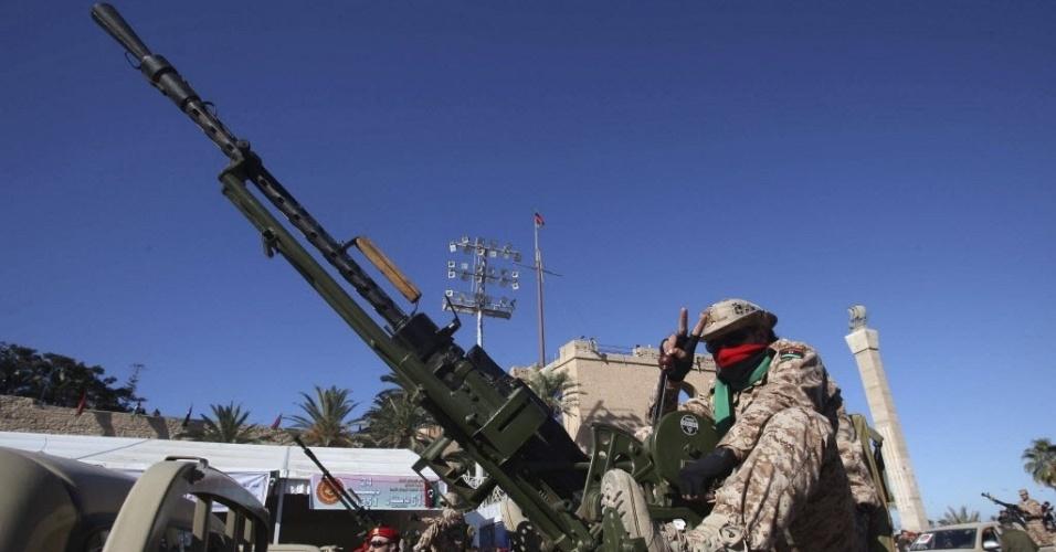 24.dez.2012 - Soldados líbios participam de desfile comemorativo pelo 61º ano da independência do país. A celebração foi suspensa por 42 anos, durante a ditadura de Muammar Gaddafi, morto em 2012