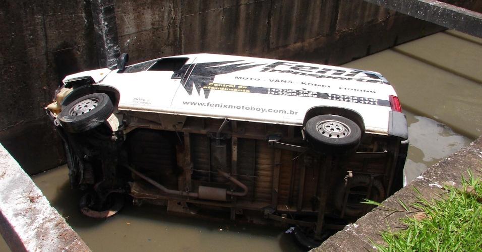 24.dez.2012 - Van cai em córrego na avenida Bussocaba, em Osasco, Grande São Paulo