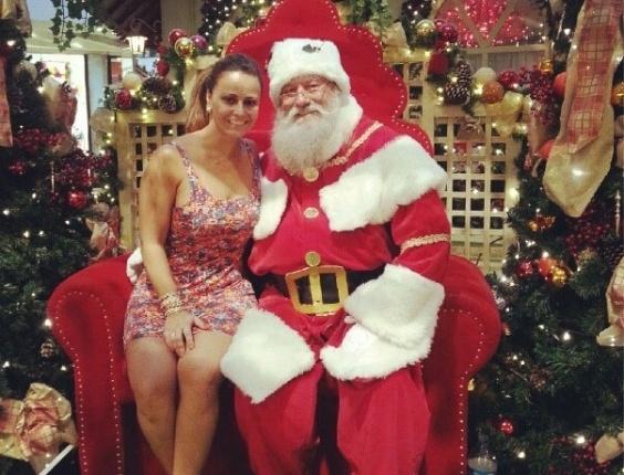 24.dez.2012 - Viviane Araújo divulgou foto ao lado de um Papai Noel em um shopping do Rio. Segundo a dançarina, o bom velhinho pediu para fotografar ao lado dela.