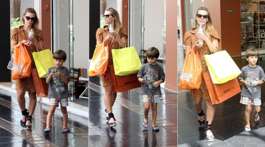 25.dez.2012 - Acompanhada do filho José, Carolina Dieckmann fez compras em um shopping da zona sul do Rio
