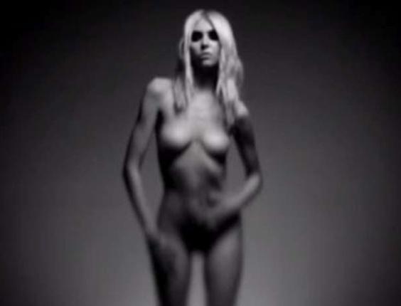 A atriz e cantora Taylor Momsen se despiu completamente para gravar um vídeo produzido pela Amp Rock TV