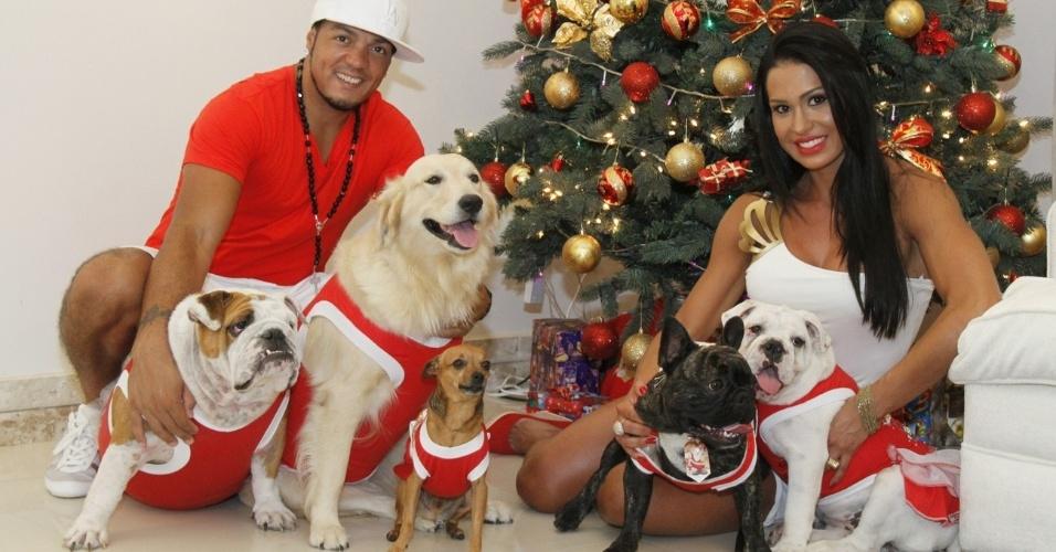 Belo e Gracyanne Barbosa mostram a árvore de Natal em sua casa ao lado dos cinco cachorros