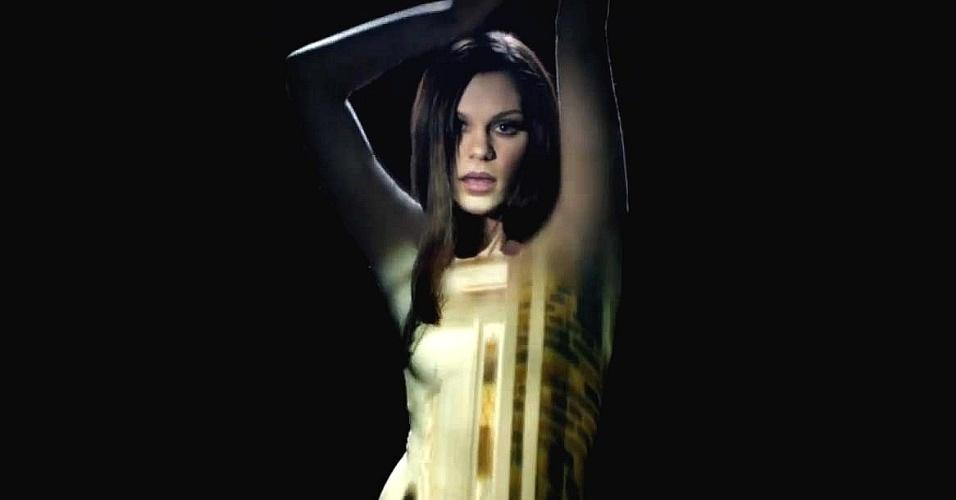 """Jessie J no clipe da música """"Silver Lining"""""""