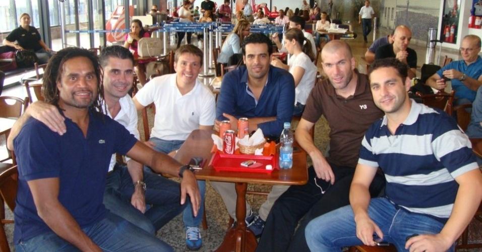 Juninho Paulista se encontra com Zidane e Hierro em aeroporto