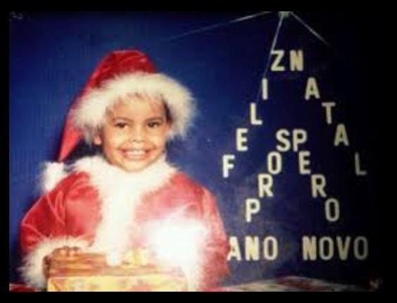 25.dez.2012 - Dentinho comemora o Natal com foto antiga, em que está vestido de Papai Noel e sorridente
