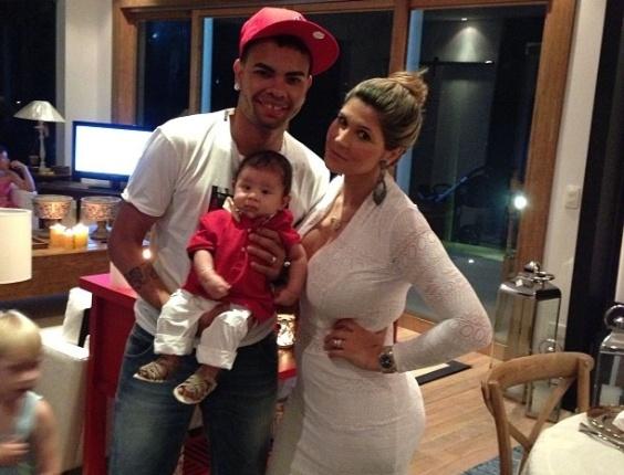 25.dez.2012 - Dentinho posa para foto natalina ao lado da mulher Dani Souza, a Mulher Samambaia, e o filho Bruno Lucas