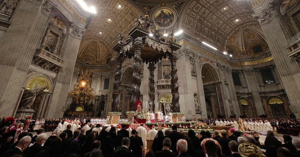 25.dez.2012 - Fiéis assistem à Missa do Galo, nesta segunda-feira (24), na basílica de São Pedro, no Vaticano