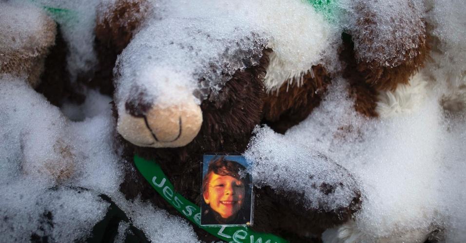25.dez.2012 - Foto de Jesse McCord Lewis, uma das 20 crianças mortas no tiroteio da escola primária de Sandy Hook, é parcialmente coberta por neve em Newtown, em Connecticut (EUA)