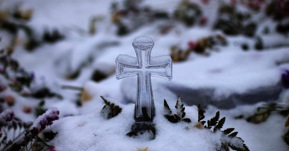 25.dez.2012 - Sepultura de Ana Grace Marquez-Greene, uma das 20 crianças mortas no tiroteio da escola primária de Sandy Hook, fica coberta de neve no cemitério de Newtown, em Connecticut (EUA)