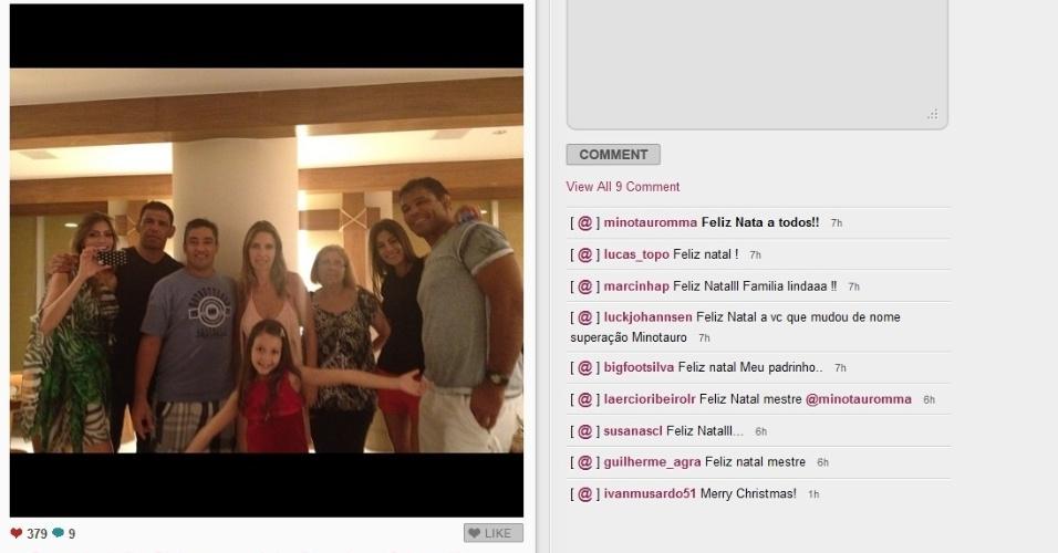 A família Nogueira se reuniu para a festa com direito a foto. Mas fez descrição suscinta.
