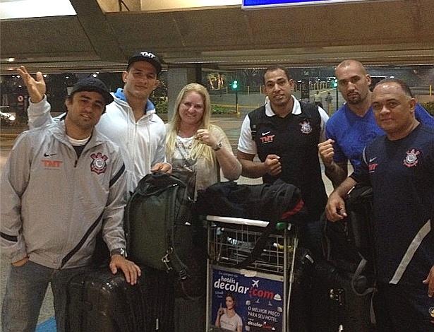 Júnior Cigano embarca para o UFC 155 com sua equipe, entre eles os técnicos Ramon Lemos (e) e Luis Dórea (d)