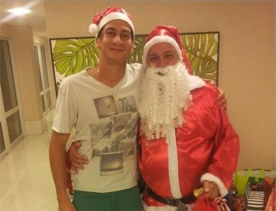 O são-paulino Paulo Henrique Ganso tirou uma foto ao lado de um Papai Noel.
