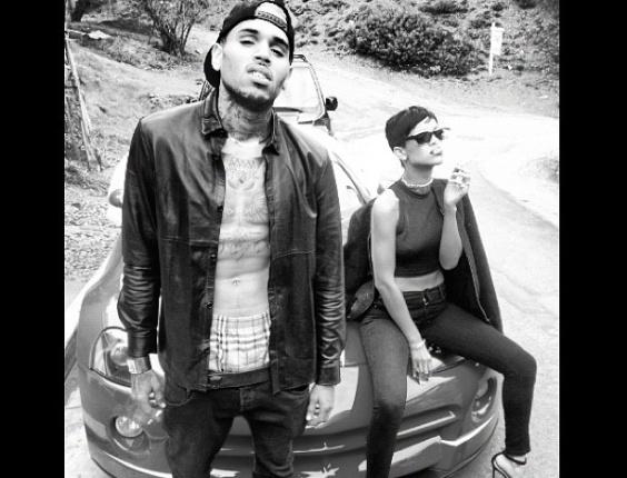 """25.dez.2012 - Rihanna publica foto em que aparece ao lado de seu ex-namorado Chris Brown. """"Vida de malandro"""", escreveu ela na legenda da imagem, desejando feliz Natal"""