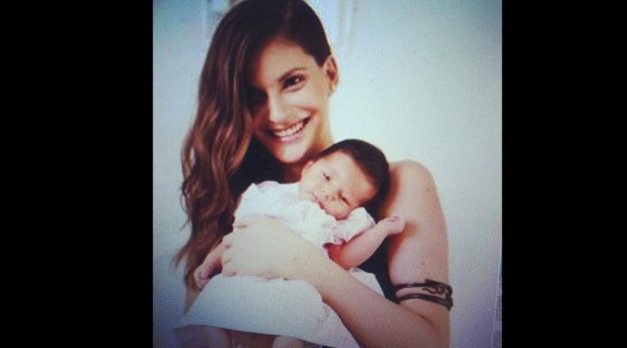 """26.dez.2012 - A modelo Carol Francischini posou com a filha, Valentina, de menos de um mês, para a revista """"Caras"""""""