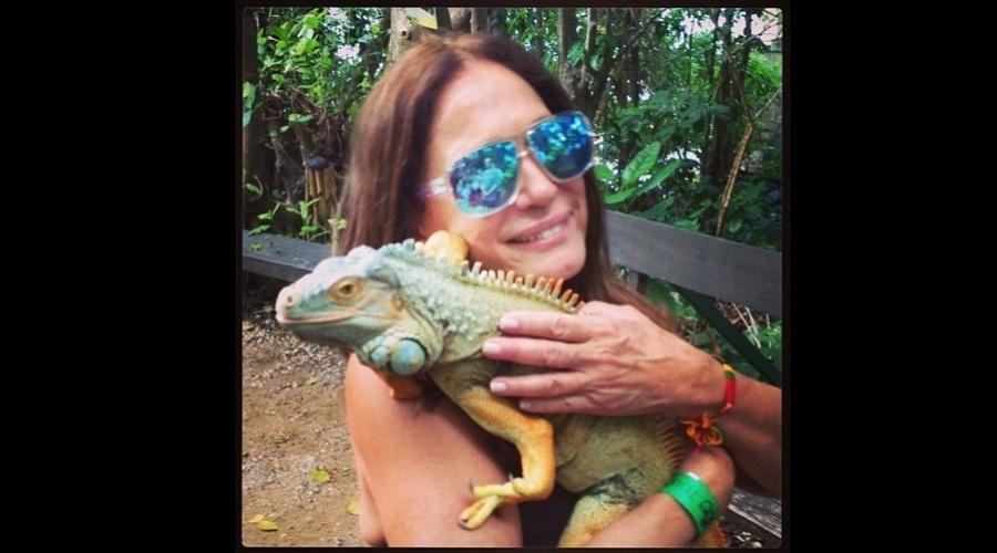 """26.dez.2012 - De férias na Jamaica, Susana Vieira divulgou uma imagem abraçada a um camaleão. """"Eu e meu amiguinho na Jamaica"""", escreveu a atriz na legenda"""