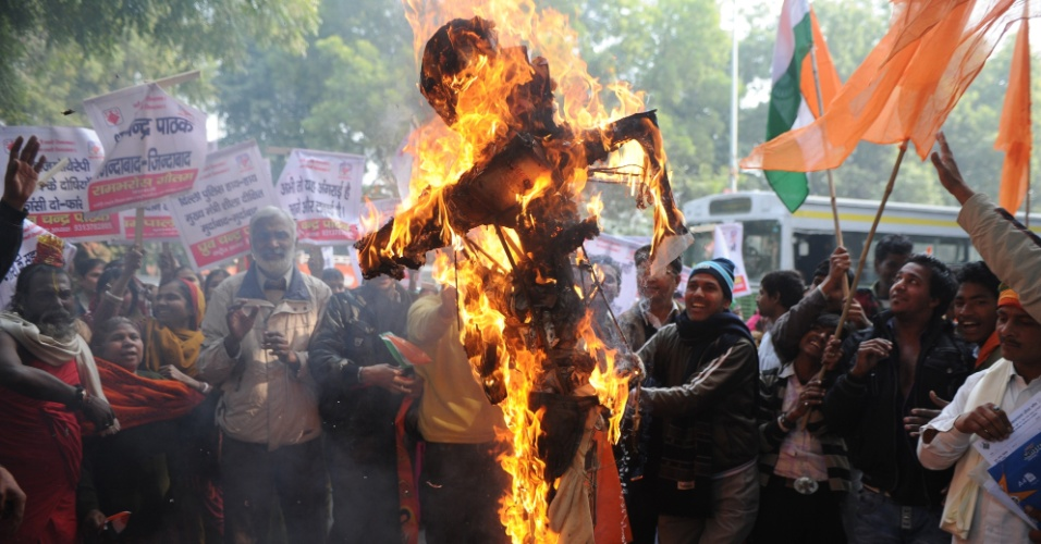 26.dez.2012 - Indianos queimam boneco que simboliza estupradores durante um protesto em Nova Déli para pedir mais proteção às mulheres na Índia. O país tem passado por uma série de manifestações após o estupro coletivo de uma jovem em um ônibus da capital indiana, no último dia 16