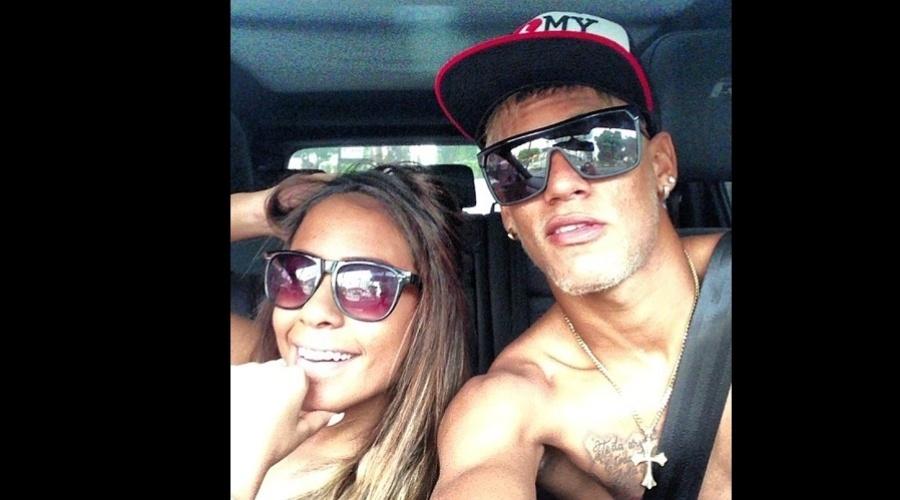 """26.dez.2012 - Neymar divulgou uma imagem onde aparece dentro de um carro ao lado da irmã, Rafaella. """"Partiu viagem com a maninha (sic)"""", escreveu o jogador na legenda"""