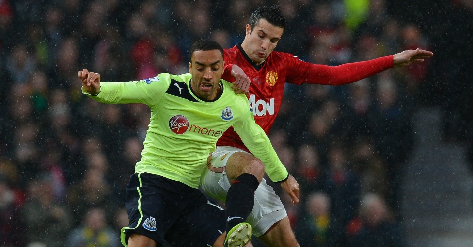 26.dez.2012 - Van Persie, do Manchester United, disputa a bola com Perch, do Newcastle, em jogo do Campeonato Inglês