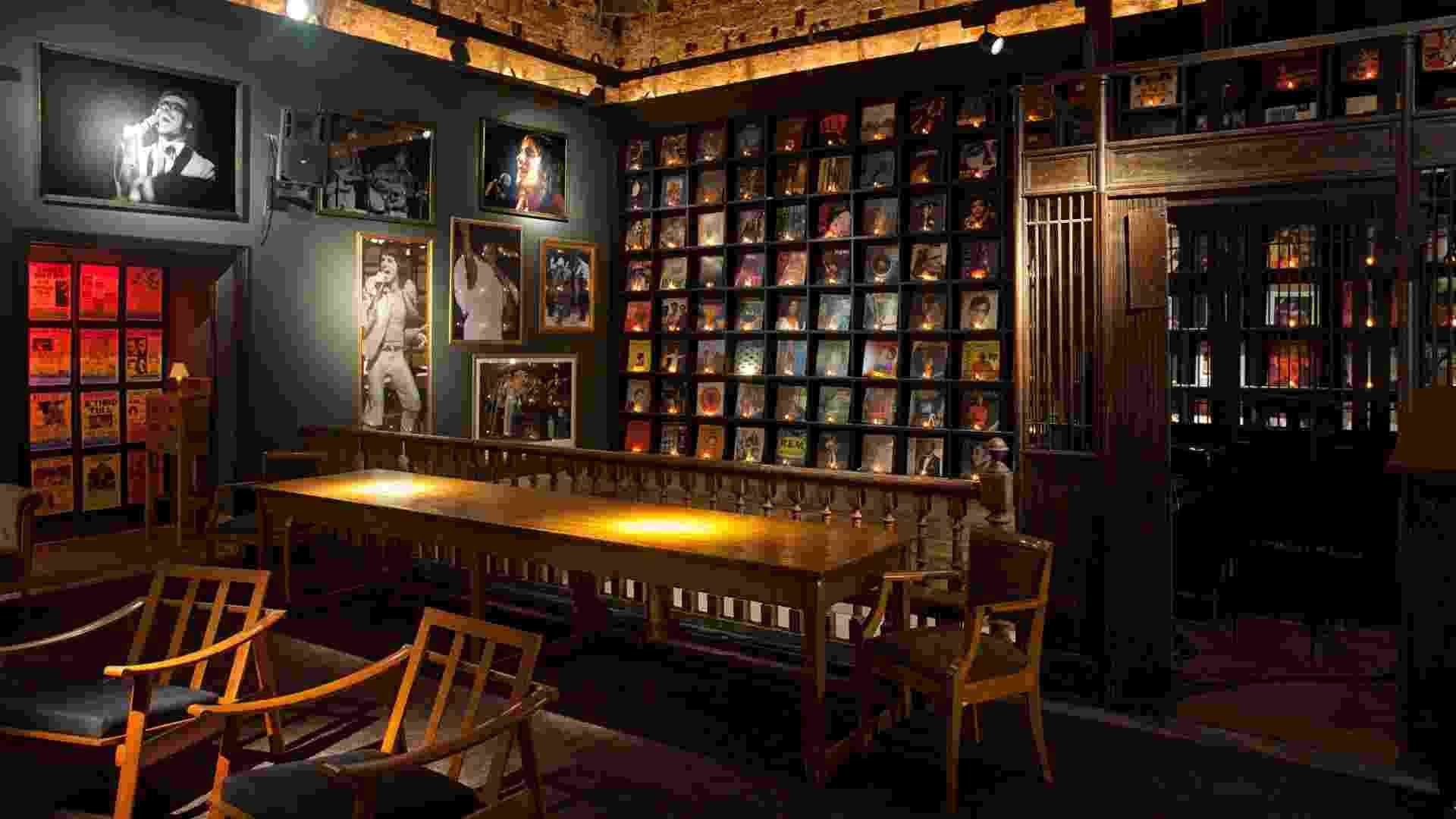 Beto Figueiredo e Luiz Eduardo Almeida criaram o Flash Back Bar, um ambiente em penumbra que possui uma grande estante com capas de discos icônicos. A Casa Cor RJ vai de 03 de outubro a 19 de novembro de 2012, no Rio de Janeiro - Divulgação