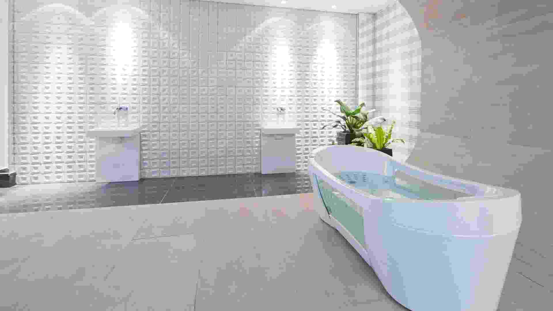 Casa Cor MT - 2012: a Sala de Banho do Casal, criada pela arquiteta e urbanista Susana Vilela, combina a ilha rústica que abriga a banheira com o padrão xadrez de uma das paredes e os azulejos em relevo de outra - Márcio Trevisan/ Divulgação