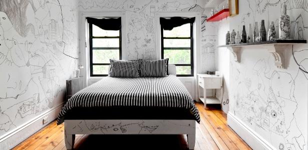 No quarto composto por móveis presenteados, os desenhos nas paredes chamam a atenção - Trevor Tondro/ The New York Times