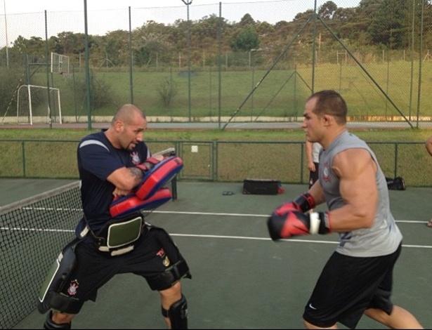 Júnior Cigano usa quadra de tênis para treinar em São Paulo, depois de perder o voo para Las Vegas, para a disputa do UFC 155