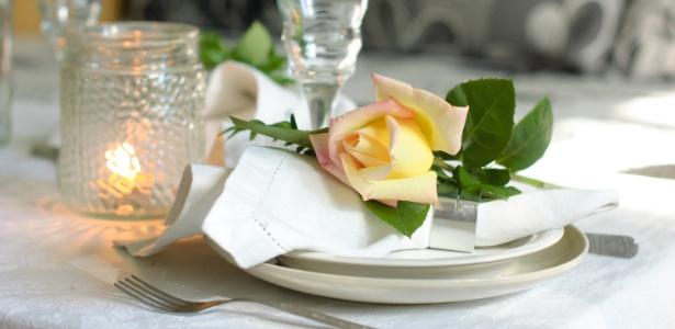 Flores, como rosas, ou frutas decoradas ficam um charme sobre o guardanapo e dão toque festivo à mesa  - Getty Images