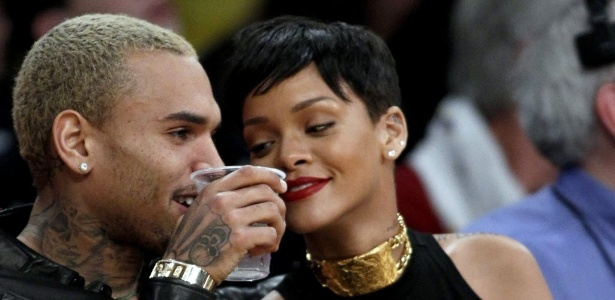 O casal de músicos Chris Brown e Rihanna assistem à rodada especial de Natal da NBA - AP Photo/Alex Gallardo