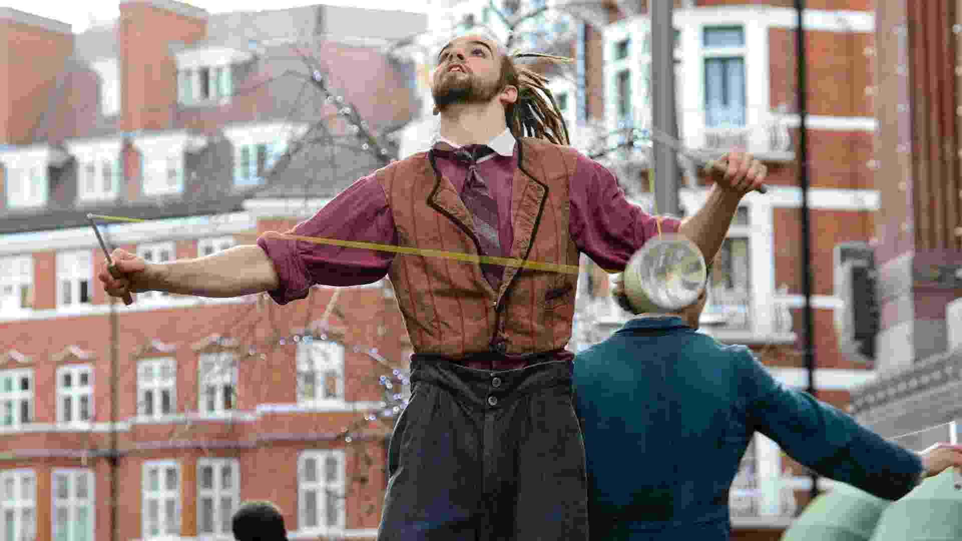 26.dez.2012 - Cirque Du Soleil faz uma performance especial para os visitantes que aguardam pela liquidação de inverno do lado de fora da loja Harrods, em Londres - Ben Pruchnie/Getty Images