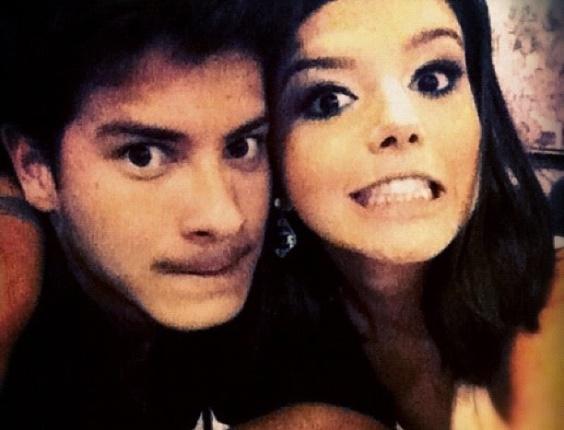 """27.dez.2012 - A atriz Giovanna Lancellotti publicou foto com o namorado Arthur Aguiar. Eles fazem careta e como legenda ela escreveu: """"Pretin"""""""