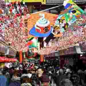 27.dez.2012 - Comerciantes da região de Asakusa, em Tóquio (Japão), enfeitam suas lojas com decorações de Ano Novo - Yoshikazu Tsuno/AFP