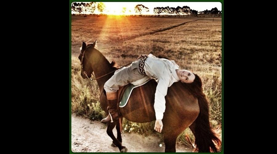 27.dez.2012 - Guilhermina Guinle divulgou uma imagem onde aparece deitada sobre um cavalo. A atriz está no ar em