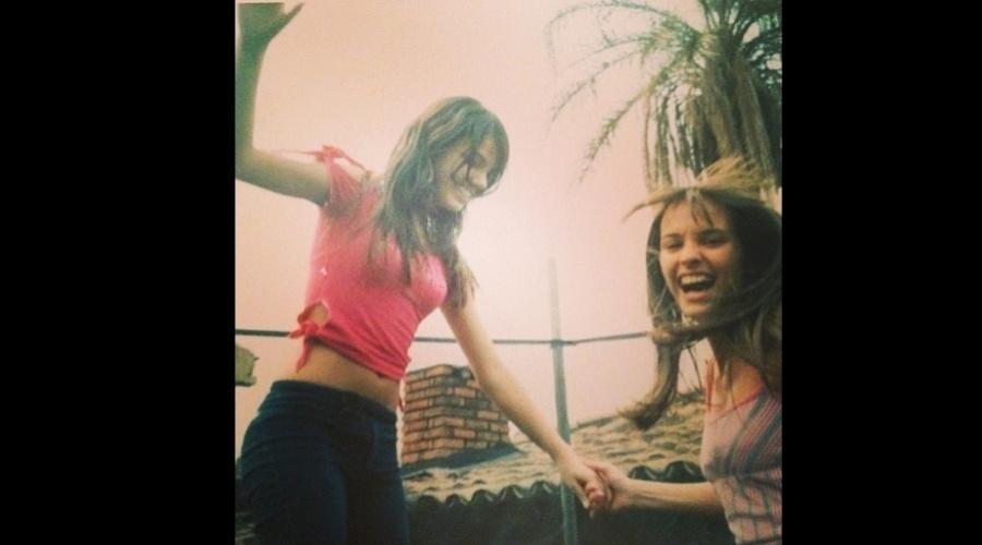 """27.dez.2012 - Isis Valverde divulgou uma imagem da adolescência. Na foto a atriz (de camisa rosa) aparece ao lado de uma amiga. """"Eu e Ana.Fundo do baú"""", escreveu a atriz que em breve poderá ser vista na microssérie """"O Canto da Sereia"""""""
